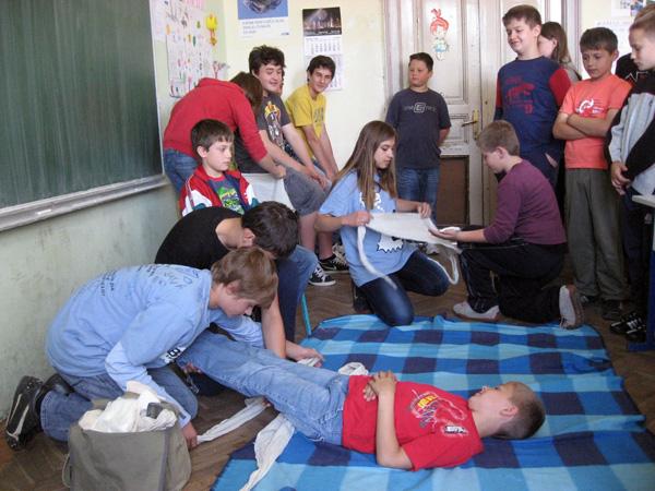 Podmladak Crvenog križa prezentira pružanje prve pomoći