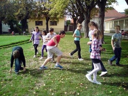 Pri povratku u školu zastali su u parku i brali divlje kestene