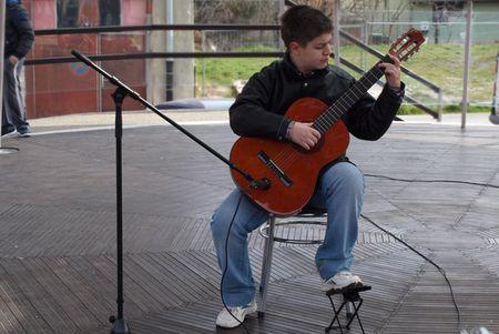Martin Kopilović zasvirao je na gitari