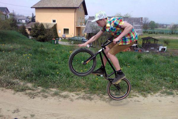 Matijin bicikl prilagođen je za izvođenje različitih trikova