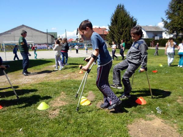 Učenici su pokušali hodati na štakama