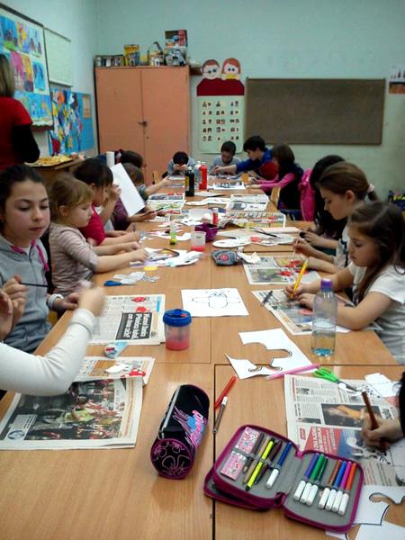 Učenici su bojali ukrase od papira i glinamola