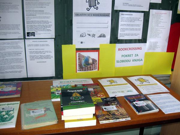 U knjižnici s desne strane potražite stol BookCrossinga