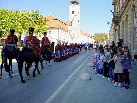 Ban Jelačić projahao je glavom ulicom u pratnji djevojačke garde, mažoretkinja i svojih konjanika