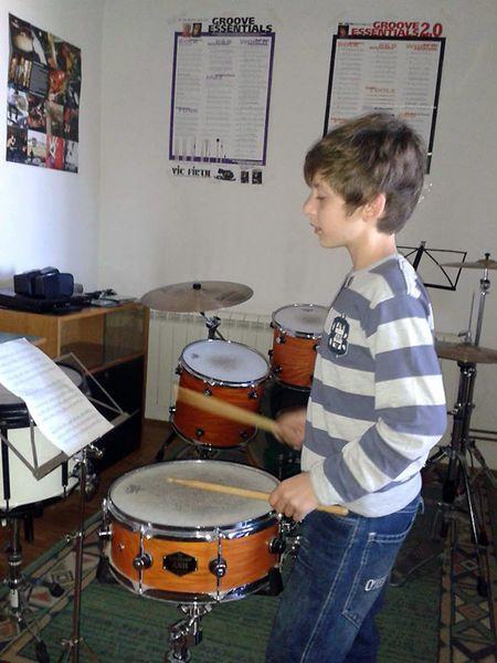 Mike razmišlja o odustajanju od glazbene škole jer mu je teško uskladiti sve obveze.