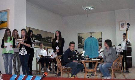 Učenici su pročitali i Željki poklonili svoju zbirku pjesama o ratu.