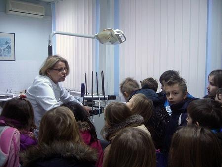 Učenicima se svidio zubarski stolac koji im je pokazala stomatologinja Vesna Šanko-Šikač