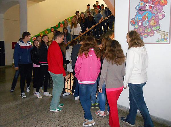 Učenici su slijedili upute učitelja kojom stranom hodnika moraju hodati