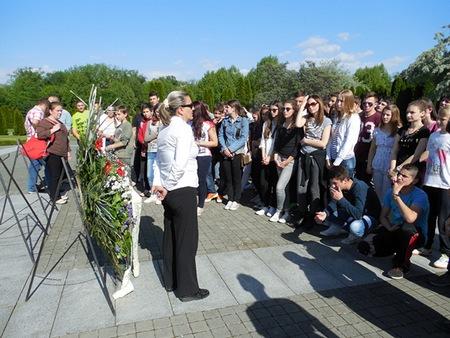 Na Memorijalnome groblju, najvećoj europskoj masovnoj grobnici na 2. svjetskog rata