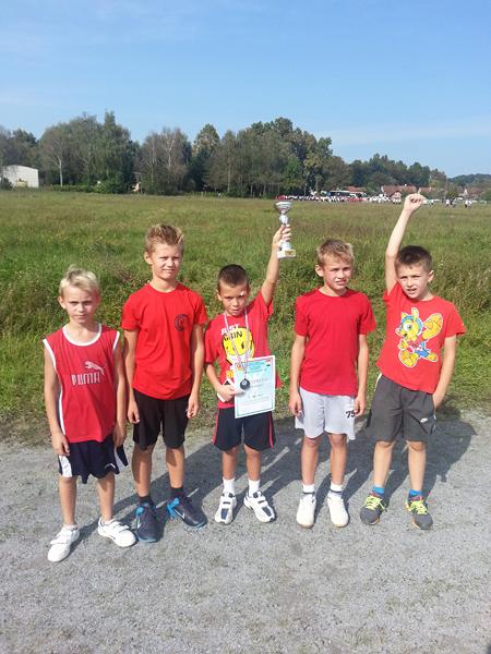 Učenici trećeg razreda s osvojenih peharom za 1. mjesto
