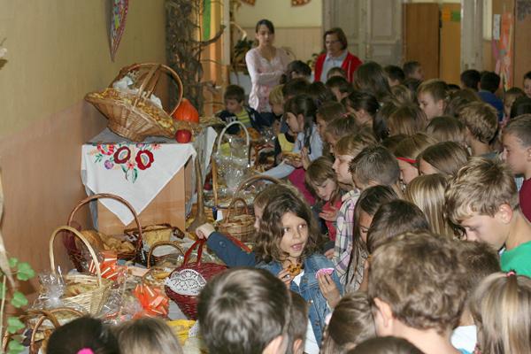 Stolovi prepuni pekarskih proizvoda koje su izradile vrijedne ruke naših učenika i njihovih ukućana