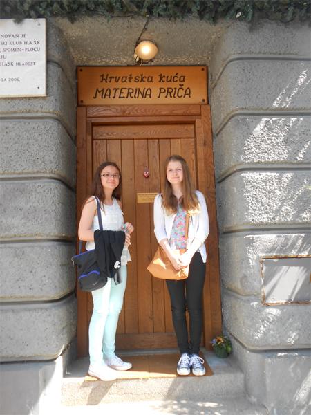 Lucija i Ana ispred Hrvatske kuće