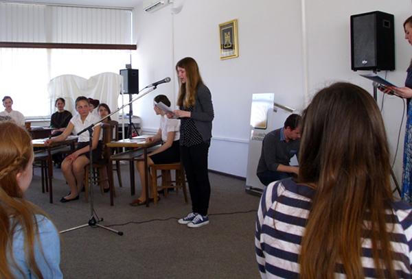 Na svečanosti dodjele nagrada u Gradskoj knjižnici Slavonski Brod Ana čita svoju pjesmu