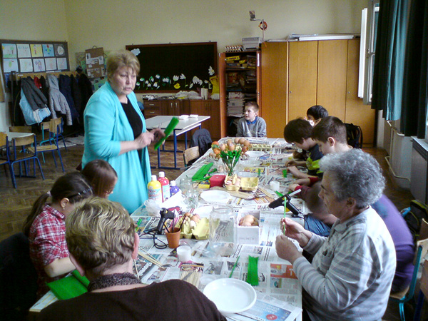 Učenici 4. b naučili su izrađivati tulipane od ljuski jaja i cvijeće od krep-papira