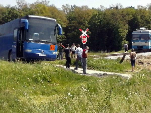 Učenici su izašli iz autobusa te organizirali akciju spašavanja