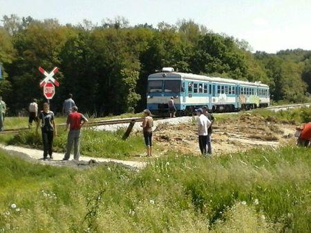 Vlak se zaustavio nedaleko autobusa