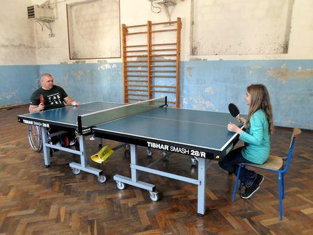 Učenici su pokušali igrati stolni tenis u kolicima