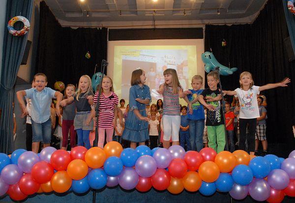 Stariji su učenici prvašima pjevali, plesali i glumili