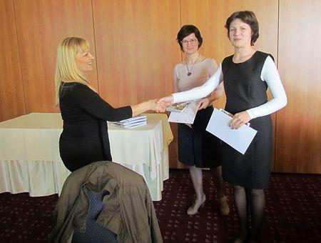 Matei članica povjerenstva Anita Šojat predaje zahvalnicu