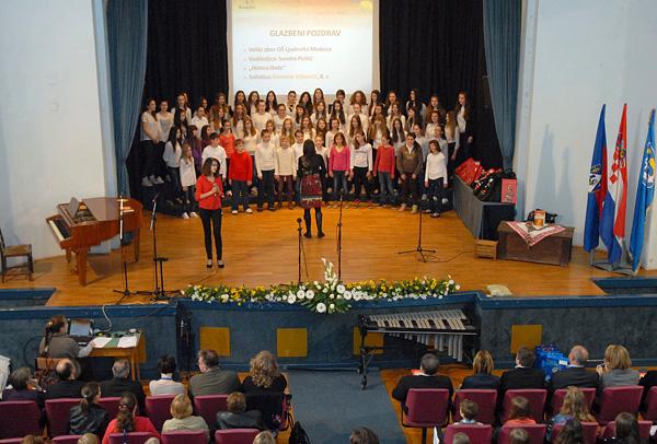 Susret je otvorio školski zbor državnom himnom i himnom škole