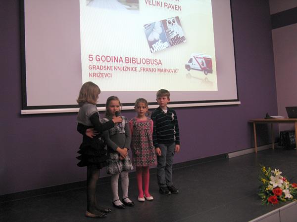 Učenici Područnih škola Veliki Raven i Vojakovački Osijek plesali su i recitirali.