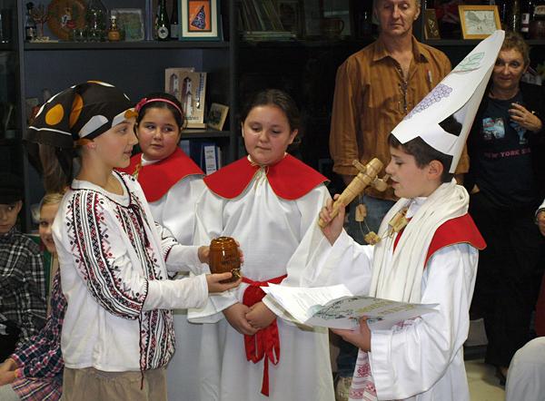 Marin Lauš u ulozi biskupa Martina krsti mošt