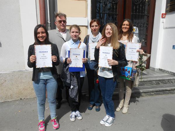 Nagrađeni učenice i učiteljice s ravnateljem