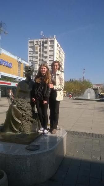 Ana s učiteljicom Zagorec kod kipa Ivane Brlić-Mažuranić